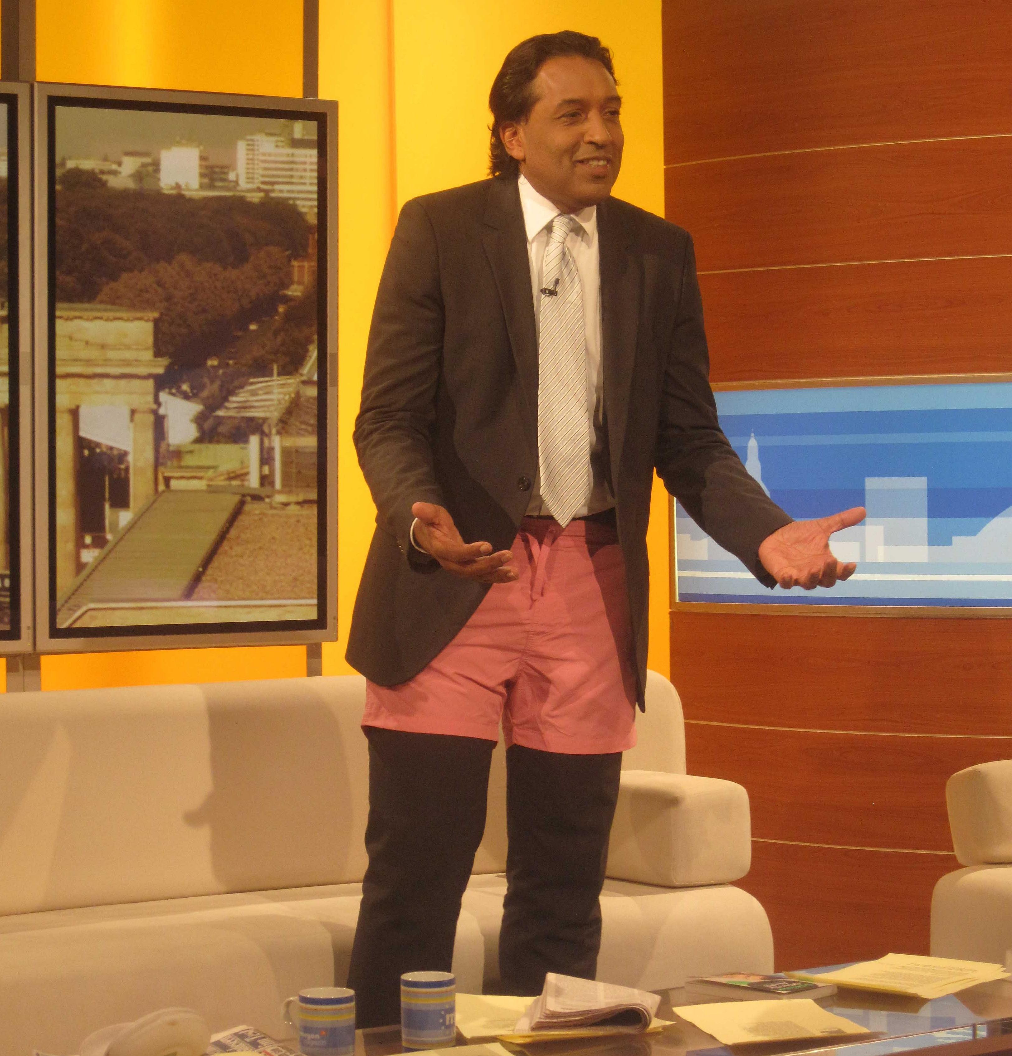 Cherno Jobatey moderiert mit rosa Badehose ZDF-Morgenmagazin