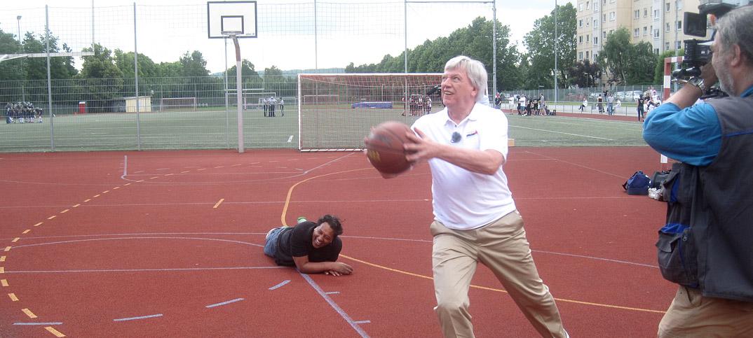 Volker-Bouffier-Cherno-Jobatey-spielen-Basketball