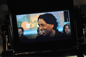 Cherno Jobatey im Kamerasucher ZDF