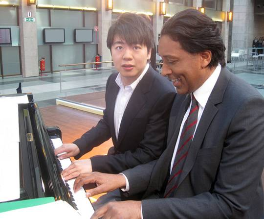 Lang_Lang__s_piano_lesson_with_Cherno_Jobatey_01_0369fd874d