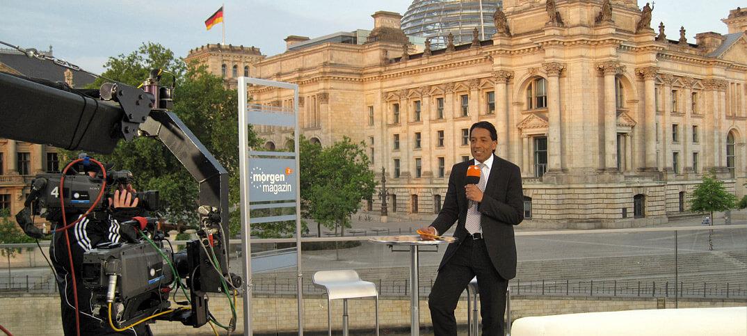 Cherno-Jobatey-ZDF-Moderator-vor-Reichstag-7