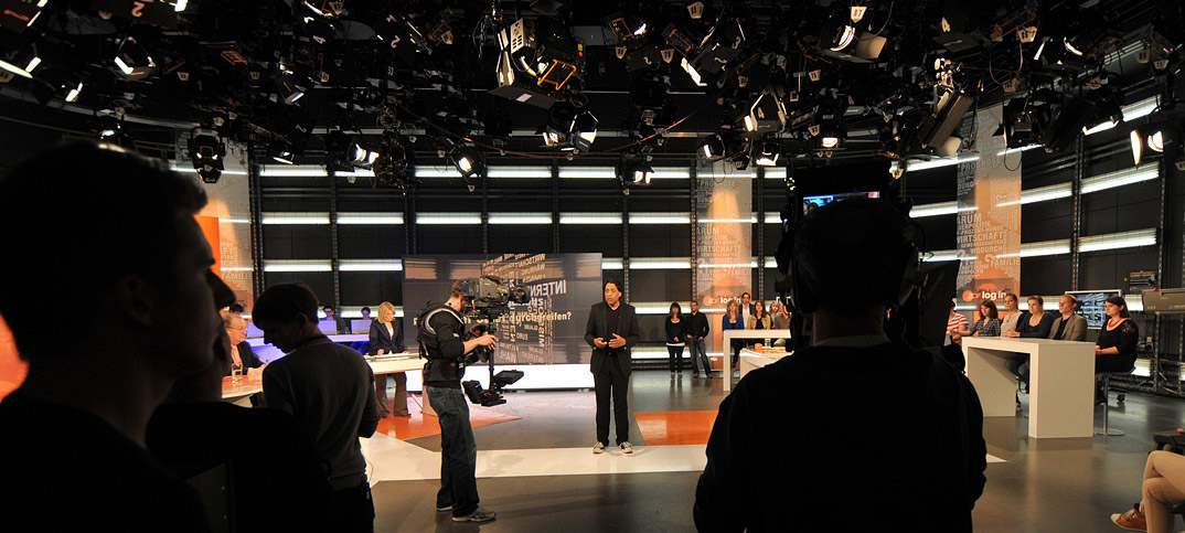 Cherno Jobatey moderiert im ZDF-Fernsehstudio