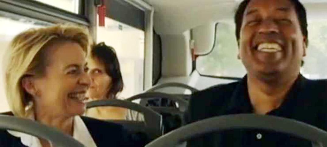 Ursula von der Leyen & Cherno Jobatey im Bus