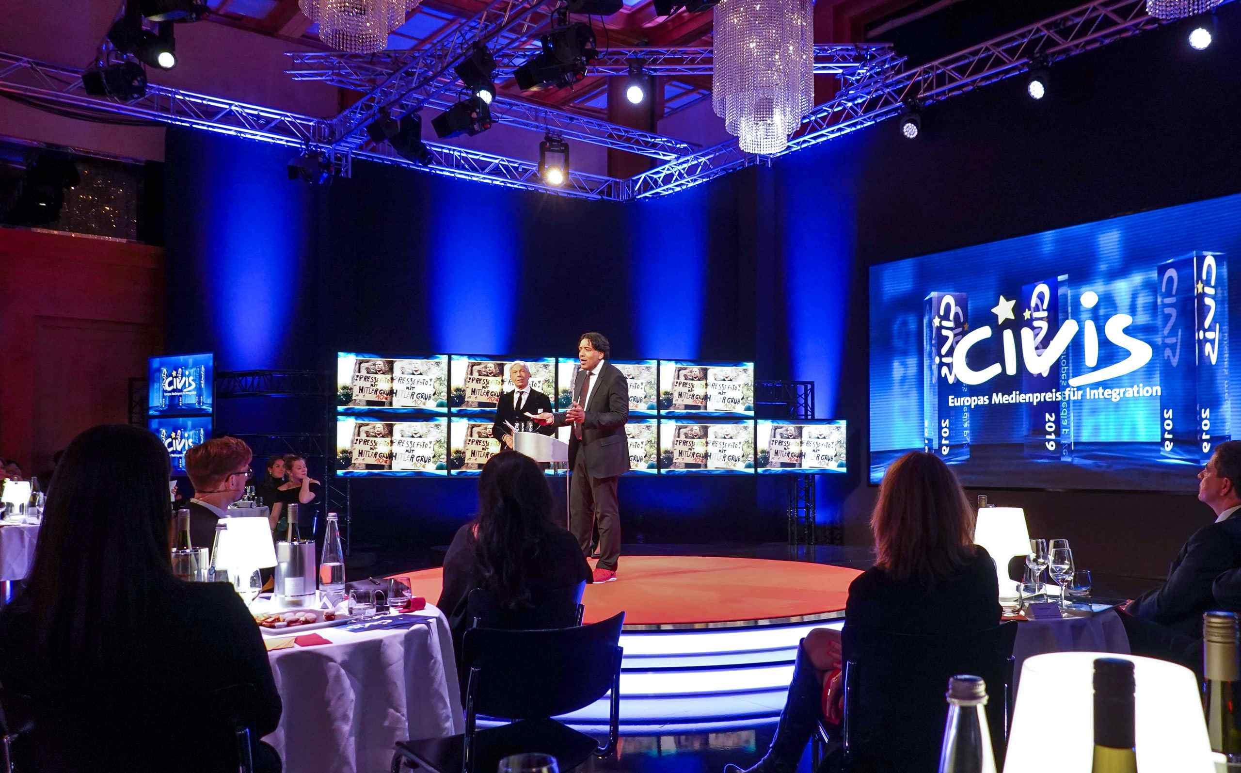 Cherno Jobatey moderiert den Civis Media Preis in der ARD
