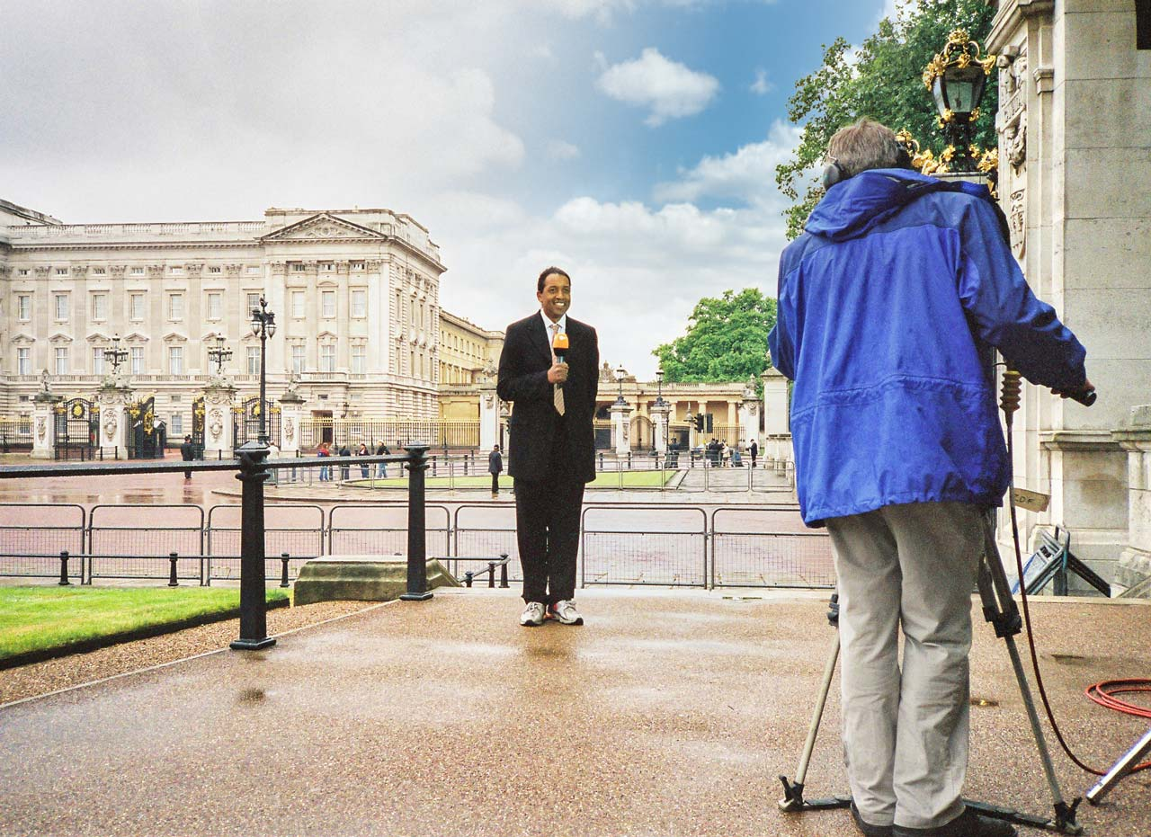 Cherno Jobatey TV-Aufsager für ZDF Royal Buckingham Palace London