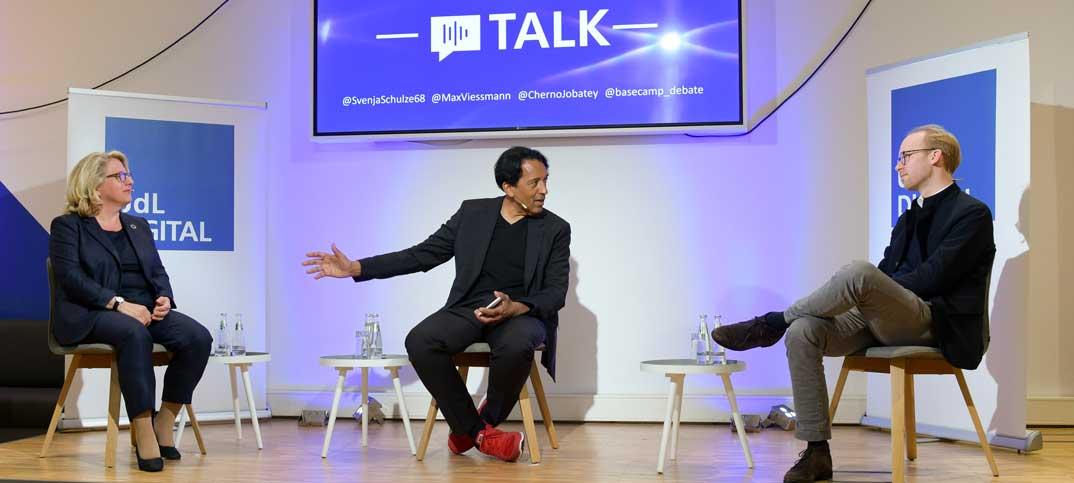 BundesumweltministerinSvenja Schulze, Moderator Cherno Jobatey & Unternehmer Max Viessmann UdL Digital Talkshow