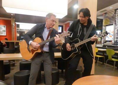 Dieter Kempf & Cherno Jobatey spielen Gitarre
