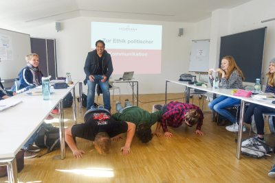 Cherno Jobatey lehrt old school Leuphana